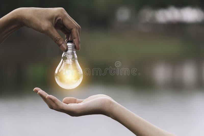 L'innovation ou le concept cr?atif de la main tiennent un espace d'ampoule et de copie pour le texte d'insertion image stock