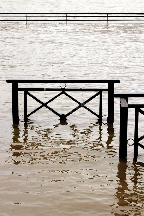 L'inondation encaisse des dommages de la Seine dans Chatou, Yvelines, France photos stock