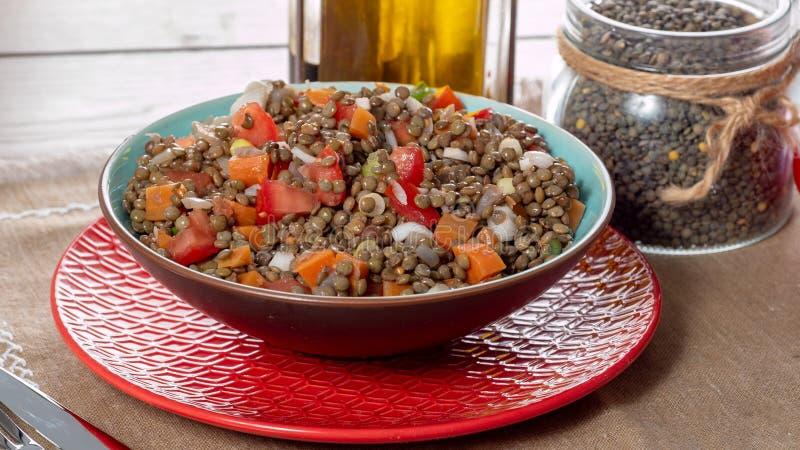L'insalata appetitosa della lenticchia con i pomodori e le cipolle fotografia stock libera da diritti