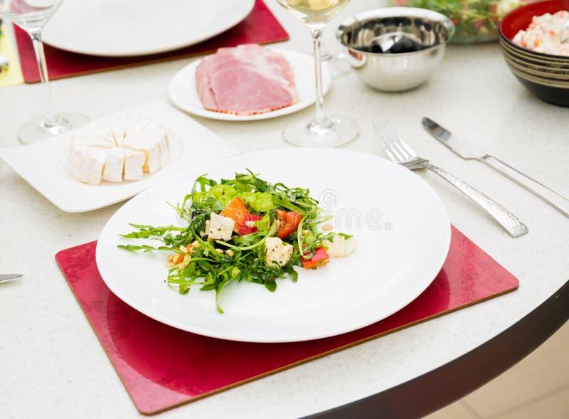 L'insalata con il rucola ed i pinoli immagine stock