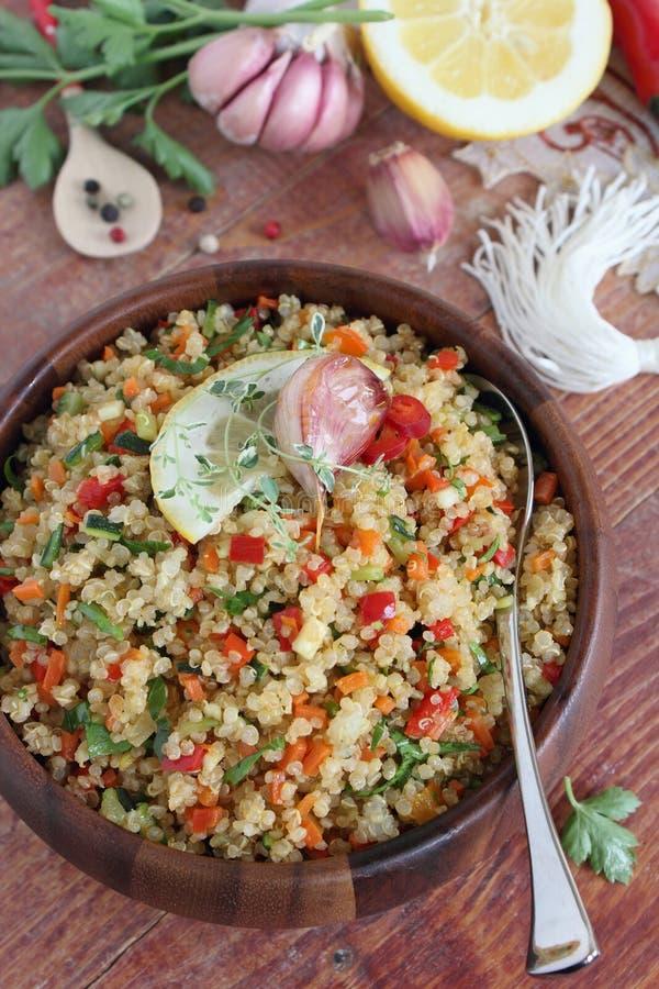 L'insalata della quinoa con le verdure si mescola, limone e timo immagini stock