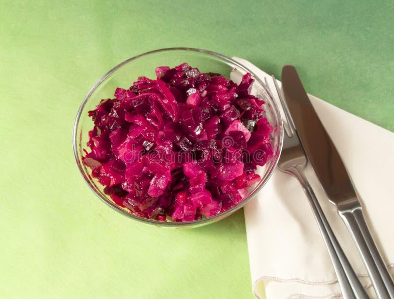 L'insalata della vinaigrette con la barbabietola su un fondo verde fotografie stock libere da diritti