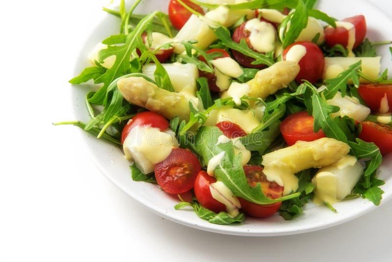 L'insalata di asparago, dei pomodori del cocktail e del rucola bianchi, appetize immagine stock