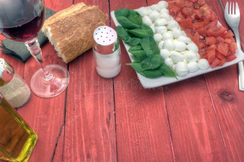 Download L'insalata Di Caprese Giù Radrizza Immagine Stock - Immagine di italia, gourmet: 56879323