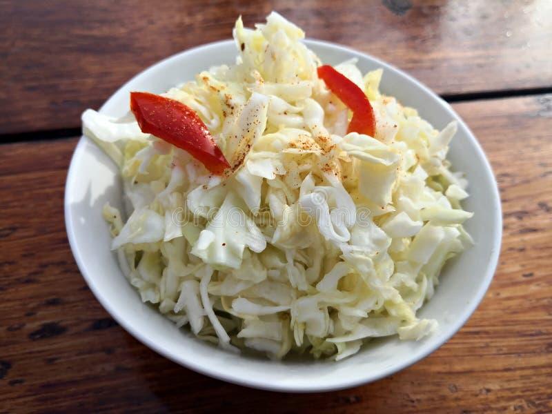 L'insalata di cavolo fresca è servito in una ciotola bianca fotografia stock