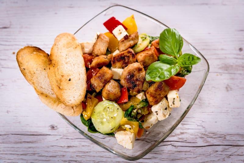 L'insalata greca saporita sul piatto ha messo sulla tavola, piatto nazionale greco fotografia stock libera da diritti
