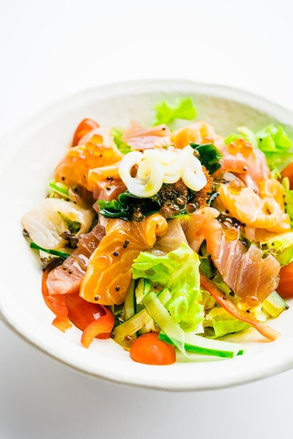 L'insalata mista dei frutti di mare con il calamaro di color salmone del tonno ed altra pescano immagine stock