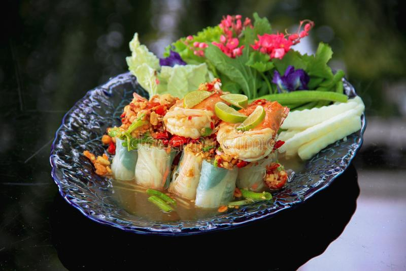 L'insalata vietnamita arriva a fiumi lo stile tailandese - pasto sano immagini stock libere da diritti