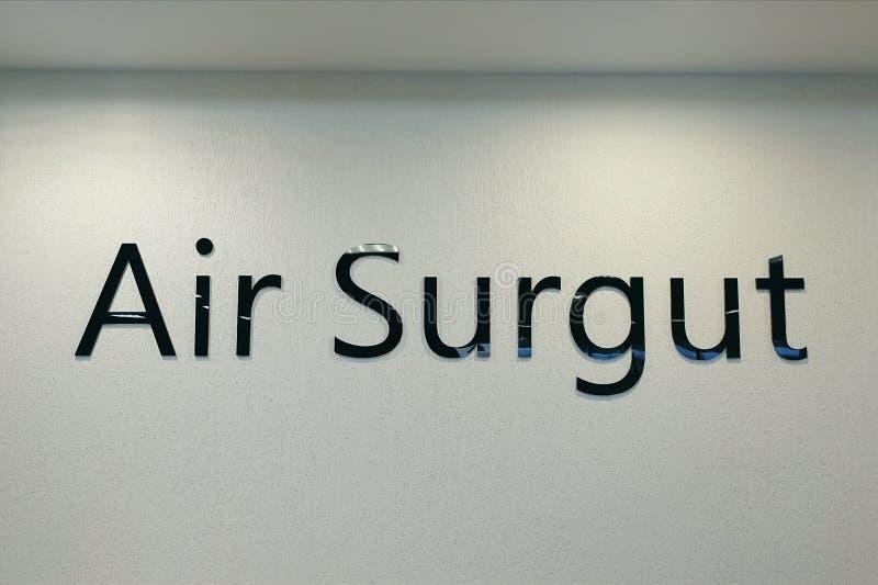 """L'inscription """"aéroport Surgut """"dans le terminal image stock"""