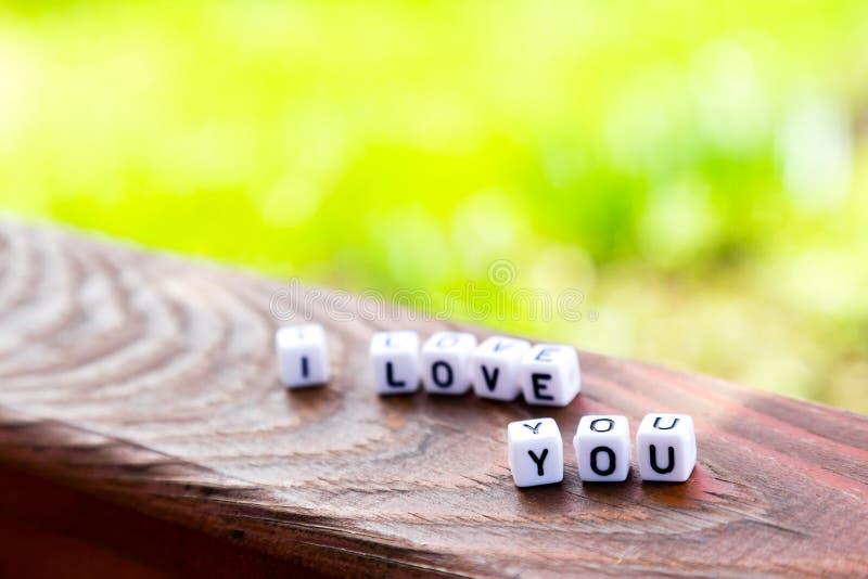 L'inscription des cubes je t'aime sur la table en bois photographie stock libre de droits