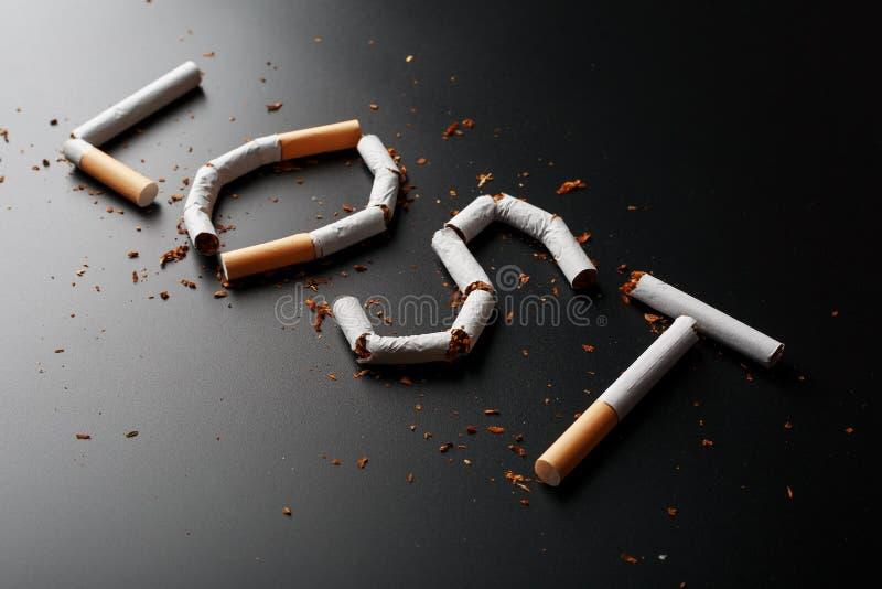 L'inscription A PERDU des cigarettes sur un fond noir Cessez le fumage Le concept des mises ? mort de tabagisme Inscription de mo photos libres de droits