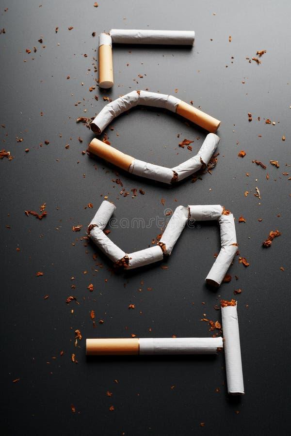 L'inscription A PERDU des cigarettes sur un fond noir Cessez le fumage Le concept des mises ? mort de tabagisme Inscription de mo images stock