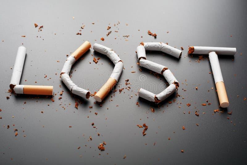 L'inscription A PERDU des cigarettes sur un fond noir Cessez le fumage Le concept des mises ? mort de tabagisme Inscription de mo photographie stock libre de droits