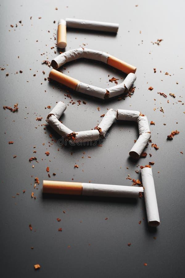 L'inscription A PERDU des cigarettes sur un fond noir Cessez le fumage Le concept des mises ? mort de tabagisme Inscription de mo images libres de droits