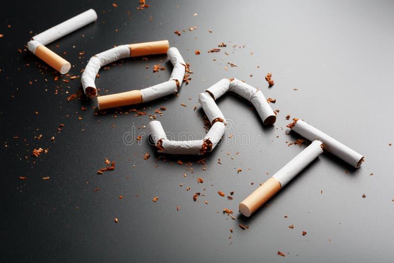 L'inscription A PERDU des cigarettes sur un fond noir Cessez le fumage Le concept des mises ? mort de tabagisme Inscription de mo photographie stock