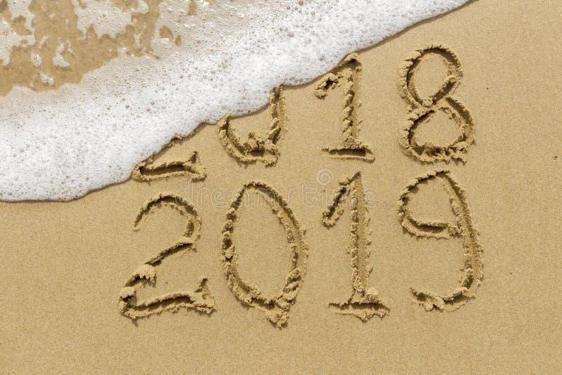 L'inscription sur le sable Bonne année 2019 La vague W de mer image stock