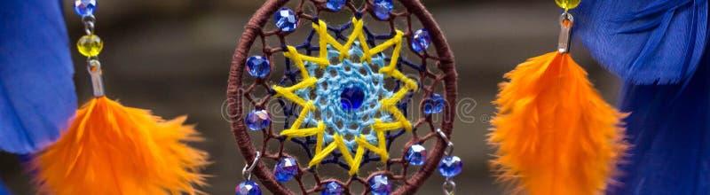 L'insegna del collettore di sogno fatto a mano con i fili delle piume e le perle rope l'attaccatura fotografia stock libera da diritti