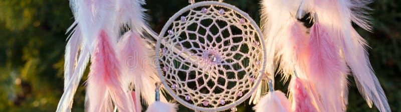 L'insegna del collettore di sogno fatto a mano con i fili delle piume e le perle rope l'attaccatura immagini stock libere da diritti