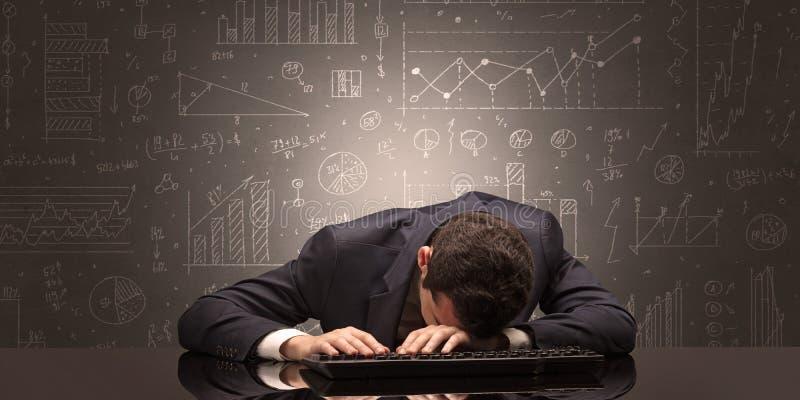 L'insegnante è caduto addormentato nel suo luogo di lavoro con il concetto completo della lavagna di tiraggio fotografia stock libera da diritti