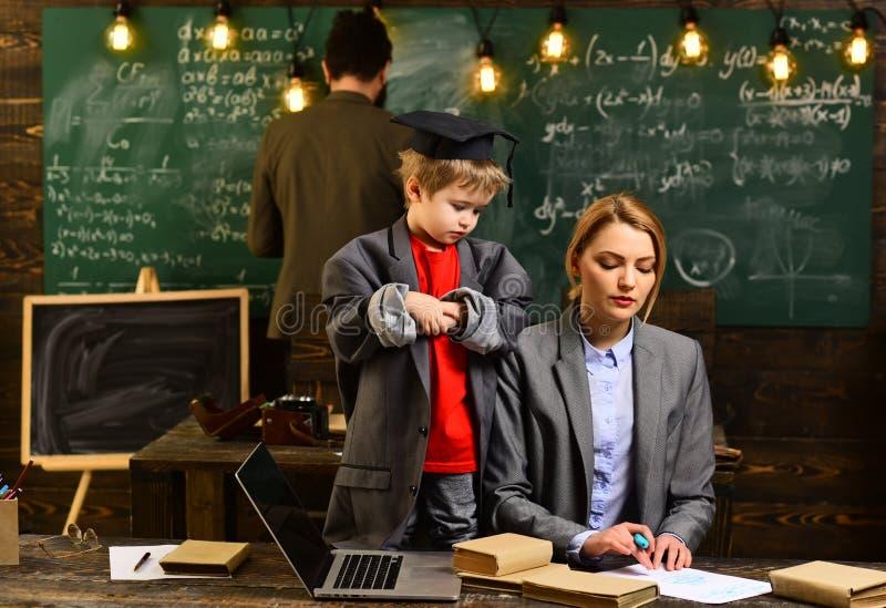 L'insegnante attento che parla con suo studente nella classe di scienza all'universit?, buona ricerca degli insegnanti ha impegna immagine stock