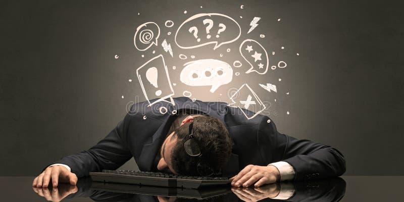 L'insegnante ? caduto addormentato nel suo luogo di lavoro con il concetto completo della lavagna di tiraggio fotografia stock libera da diritti