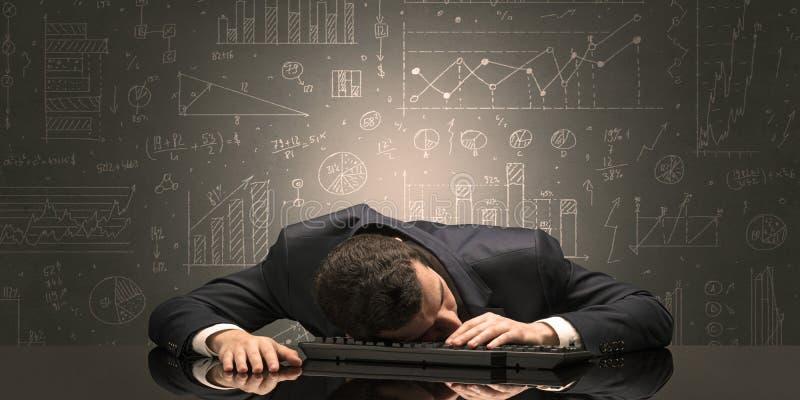 L'insegnante ? caduto addormentato nel suo luogo di lavoro con il concetto completo della lavagna di tiraggio fotografia stock