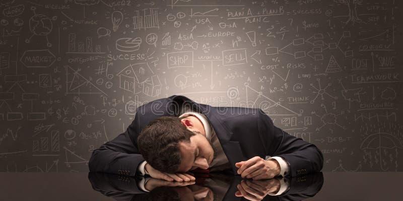 L'insegnante ? caduto addormentato nel suo luogo di lavoro con il concetto completo della lavagna di tiraggio fotografie stock