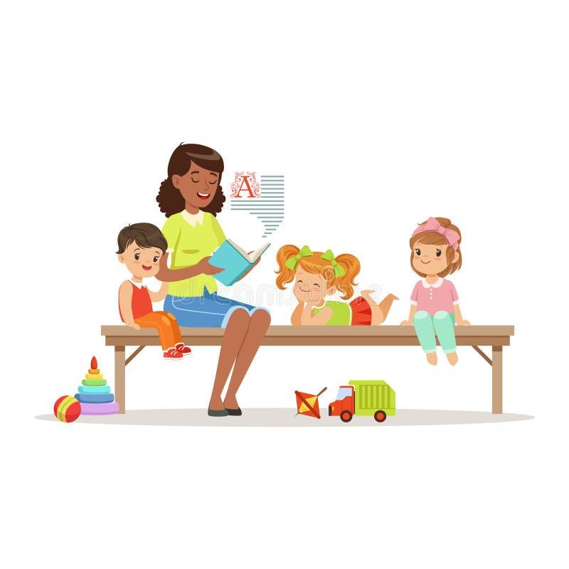 L'insegnante che legge un libro ai bambini mentre si siede su un banco, bambini gode di di ascoltare, istruzione dei bambini ed e illustrazione di stock