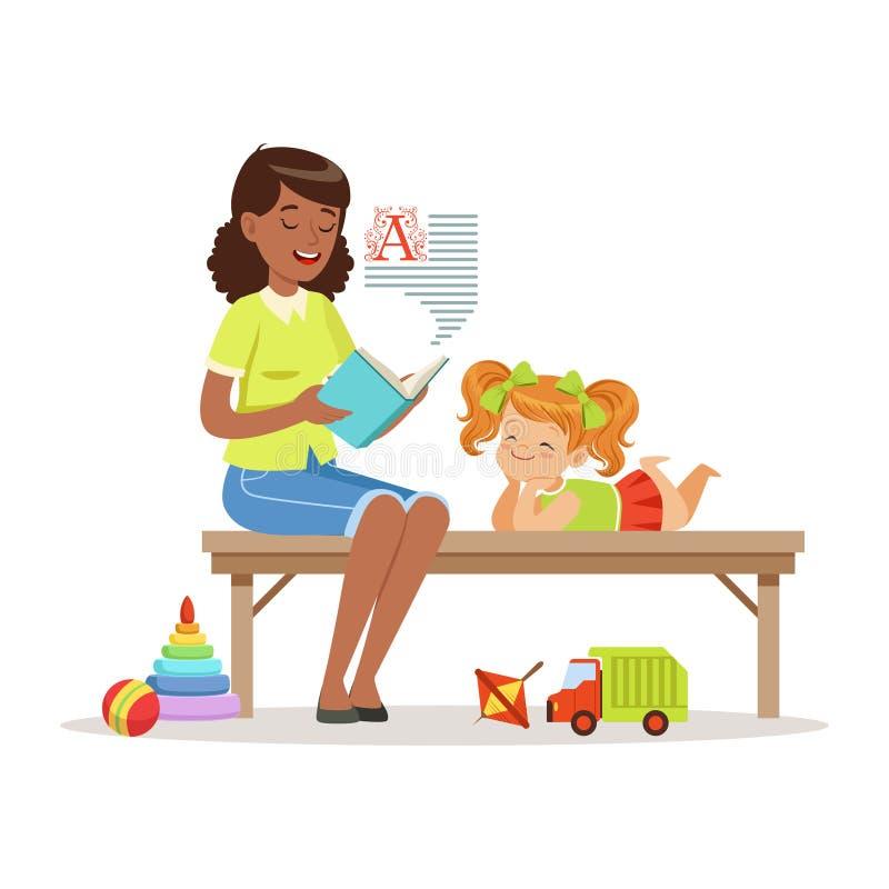 L'insegnante che legge un libro alla bambina mentre si siede su un banco, ragazza gode di di ascoltare, istruzione dei bambini ed illustrazione vettoriale