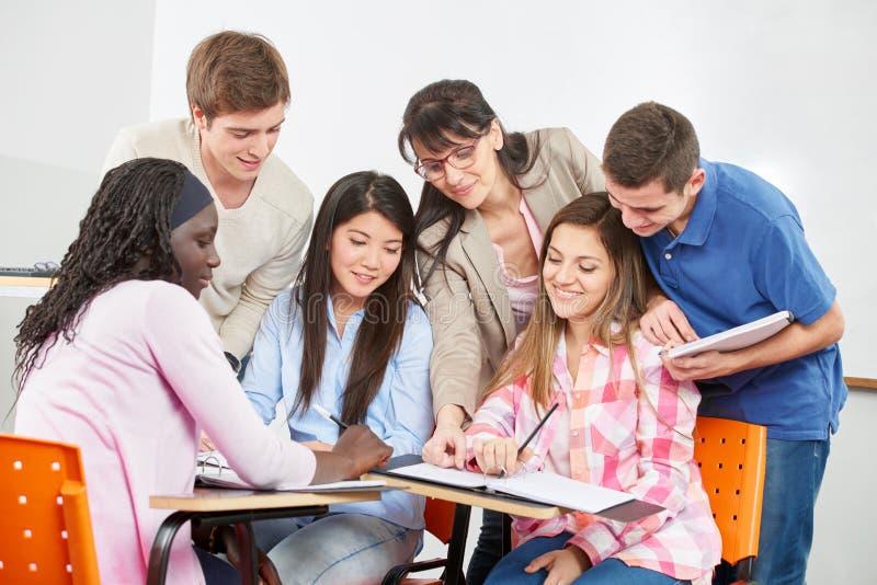 L'insegnante dà le lezioni private immagine stock libera da diritti