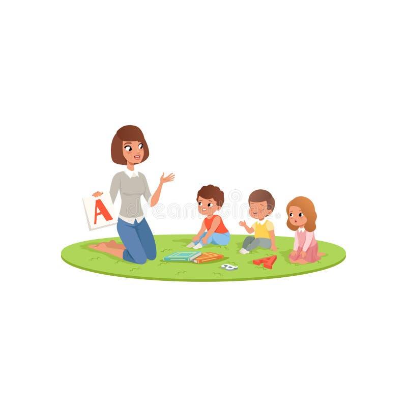L'insegnante ed i bambini che si siedono sul tappeto molle e che imparano l'alfabeto segnano A con lettere Centro di sviluppo inf royalty illustrazione gratis