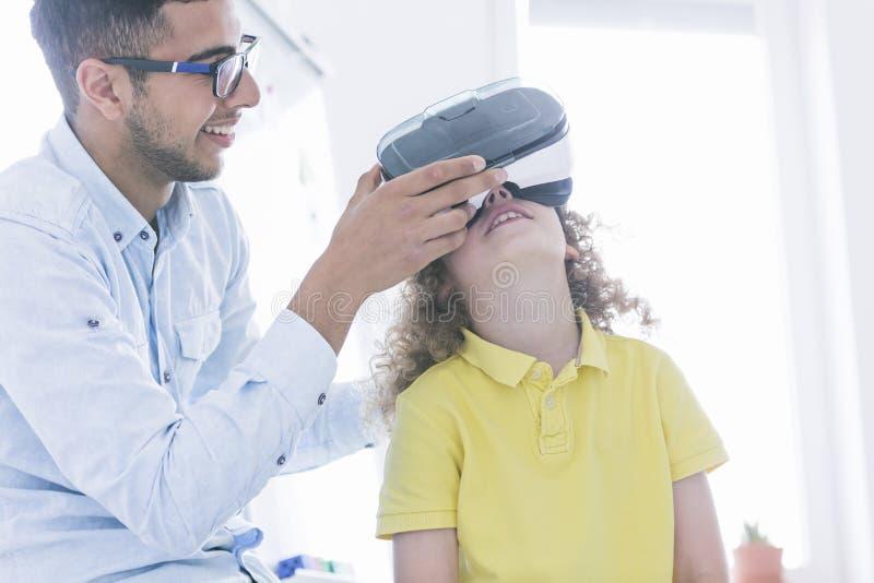 L'insegnante mostra i vetri di VR immagini stock