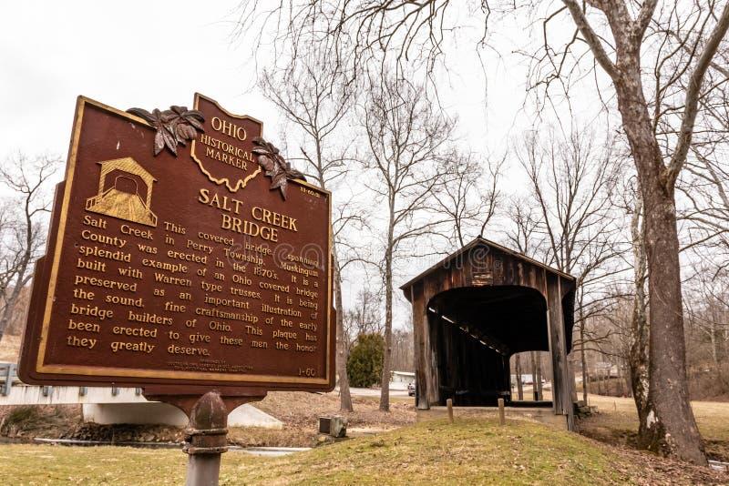 L'insenatura del sale ha coperto l'indicatore storico del ponte fotografia stock libera da diritti