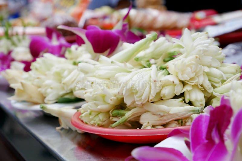 L'insieme d'offerta del fiore bianco di champaka e dell'orchidea fotografia stock libera da diritti