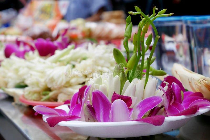 L'insieme d'offerta del fiore bianco di champaka e dell'orchidea immagini stock