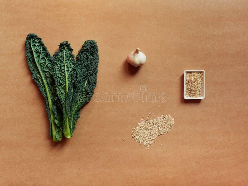 L'insieme degli ingredienti per la ricetta del cavolo, indispone, semi del seasame ed indispone fotografie stock