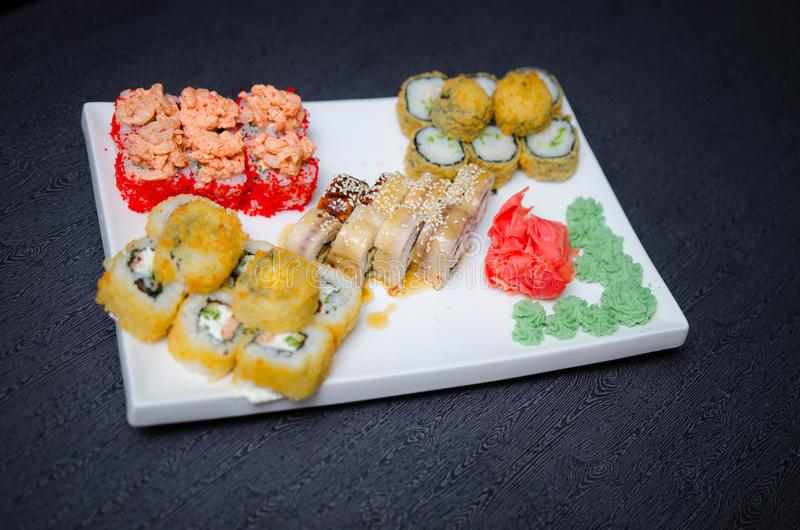 L'insieme dei sushi e il maki rotolano sulla tavola di pietra Vista superiore con lo spazio della copia fotografia stock libera da diritti
