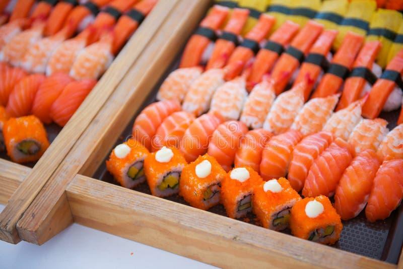 L'insieme dei sushi sul vassoio pronto per mangia fotografia stock