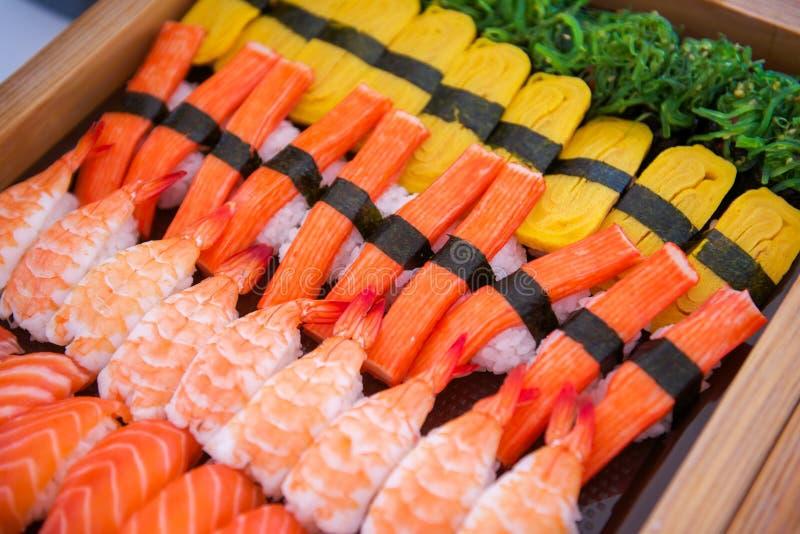 L'insieme dei sushi sul vassoio pronto per mangia fotografie stock libere da diritti