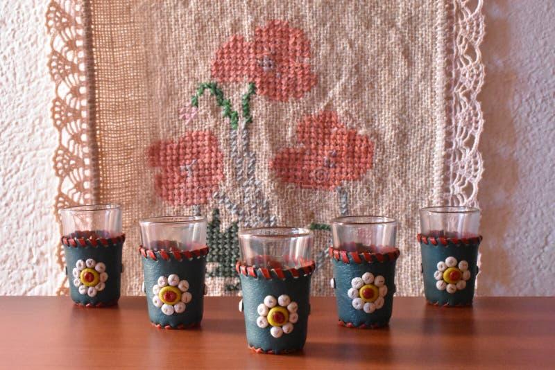 L'insieme dei vetri tradizionali di rakia fotografie stock
