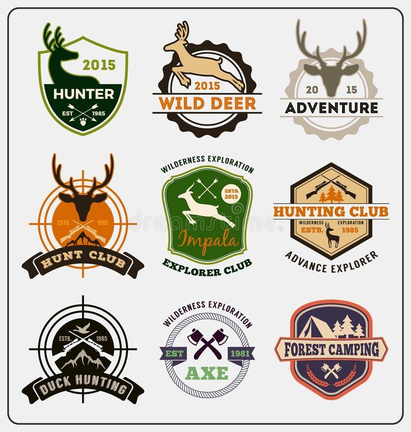 L'insieme del logo del distintivo di avventura e di caccia progetta royalty illustrazione gratis