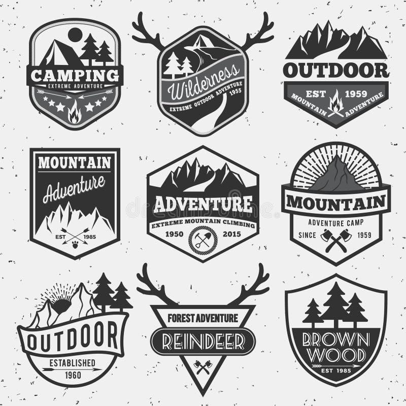 L'insieme dell'avventura di campeggio all'aperto monocromatica e la montagna badge fotografia stock libera da diritti