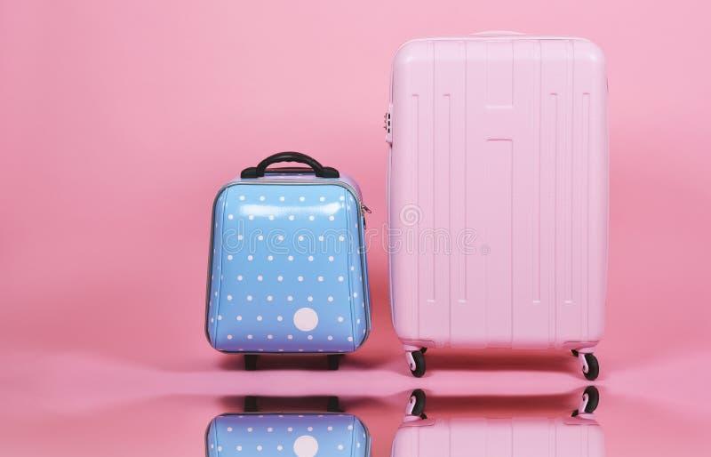 L'insieme della valigia dei bagagli, la valigia rosa del viaggiatore e la cabina blu graduano i bagagli secondo la misura su fond fotografia stock libera da diritti