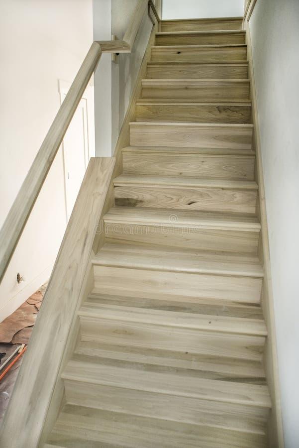 L'insieme delle scale recentemente costruite del pioppo di legno nudo durante la casa ritocca, non dipinto, non finito immagini stock