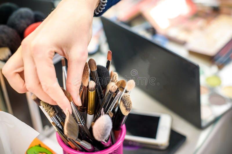 L'insieme delle spazzole professionali del visagiste per il bello fronte compone Sbiadire i colori del film Cosmetici facciali di immagini stock libere da diritti