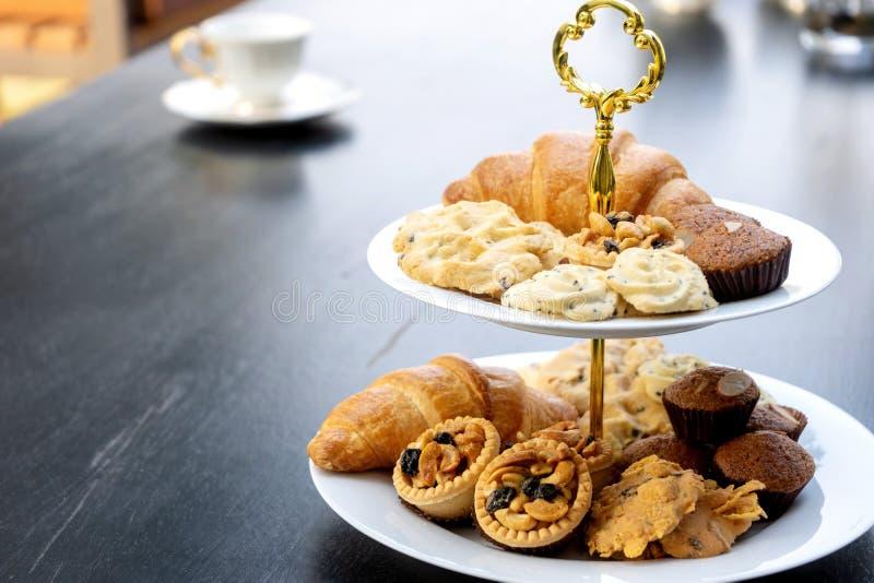 L'insieme di alto tè è sulla tavola nera immagini stock libere da diritti