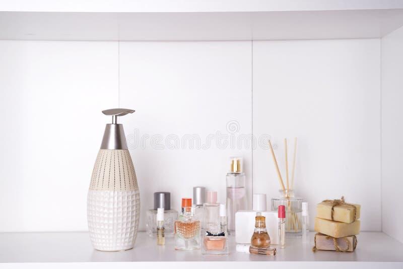 L'insieme di varia donna profuma il fondo di bianco della o Insieme della stazione termale di Aromatherapy fotografia stock