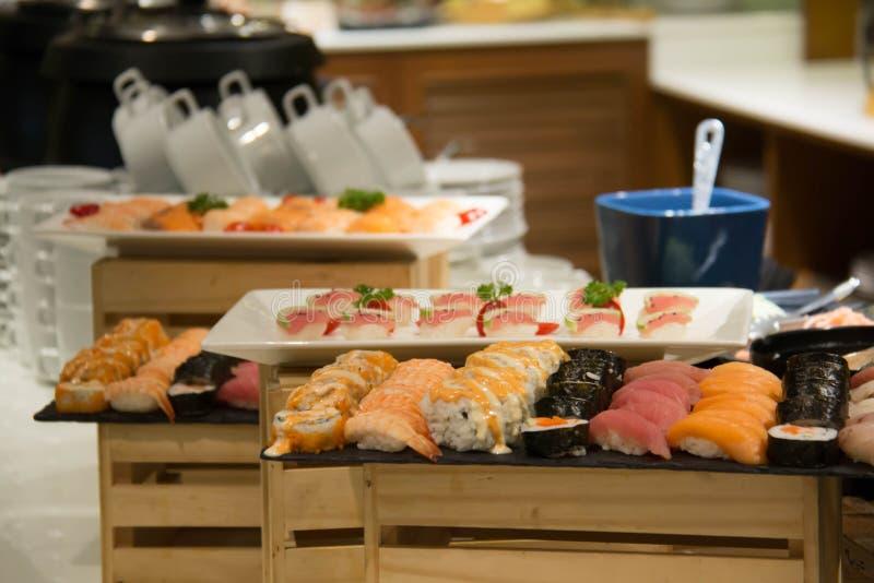 L'insieme misto dei sushi del rotolo è delizioso fotografie stock libere da diritti