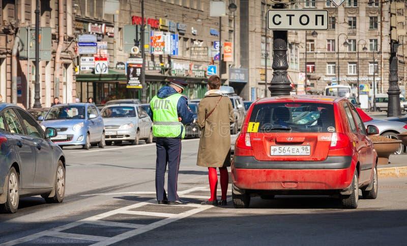 L'inspecteur de police de la circulation russe vérifie des documents images stock