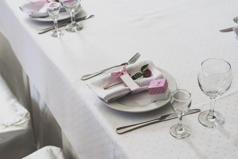L'installation de table de mariage avec a monté image libre de droits